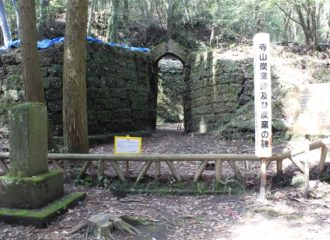 寺山炭窯跡と炭窯の碑