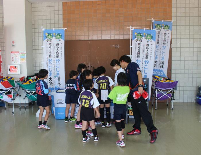 「明治維新150周年記念 南日本小学生バレーボール2018年大会」で国体等のPRを行いました
