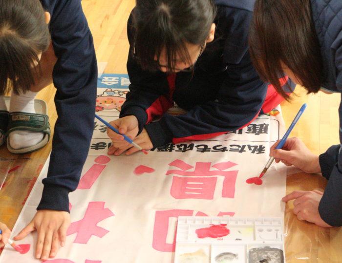 鹿児島市立玉龍中学校で応援のぼり旗の作成風景を取材しました!~手作り応援のぼり旗~