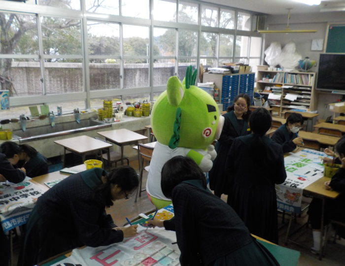 鹿児島市立皇徳寺中学校で応援のぼり旗の作成風景を取材しました!~手作り応援のぼり旗~