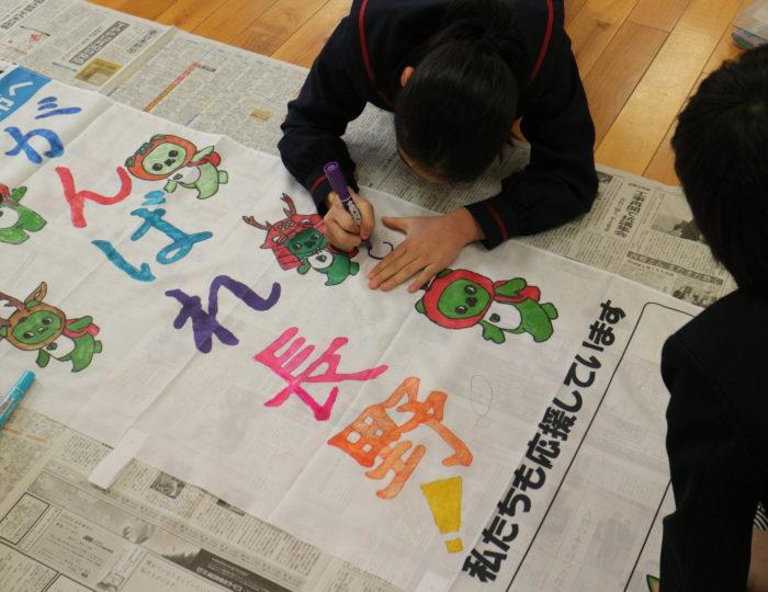 鹿児島市立桜峰小学校で応援のぼり旗の作成風景を取材しました!~手作り応援のぼり旗~